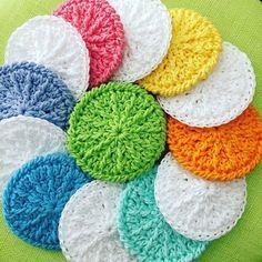 Wie wäre es mal mit selbst gehäkelten Kosmetikpads aus reiner Baumwolle? Sie sind umweltfreundlich (Thema: Nachhaltigkeit!), ...