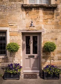 This luxury self-catering cottage in the Cotswolds is set in the heart of Burford in Oxfordshire. Little Scarlet offers lovers a romantic retreat for a stolen weekends and holidays in the rolling countryside. Cottage Front Doors, Cottage Door, House Front Door, Cottage Exterior, Front Door Decor, Country Front Door, Cotswold Cottage Interior, Somerset Cottage, Victorian Front Doors