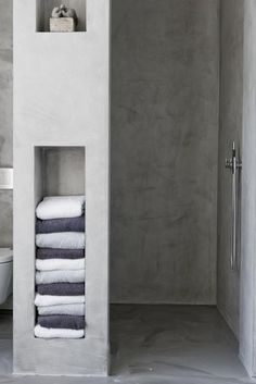 Badkamernis voor handdoeken #bathroom van: http://www.showhome.nl/blog/lekker-badderen/