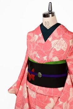 クリーミーホワイトとルージュレッドのバイカラーで織りだされた一面の蝶々のモチーフがノスタルジックキュートな正絹紬の単着物です。 Japanese Geisha, Japanese Kimono, All About Japan, Traditional Kimono, Textiles, Kyoto Japan, Lolita Dress, Night Life, Cool Style