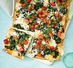 Spinat-Ziegenkäse-Pizza mit Tomaten Rezept