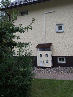 Ilmalämpöpumpun suojakotelo kuin pieni talo   Meillä kotona Samos, Wood And Metal, Garage Doors, Garden, Outdoor Decor, Plants, Diy, House, Inspiration