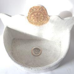 Umywalka ceramiczna, nablatowa, formowana ręcznie z gliny szamotowej, szkliwiona w kolorze białym z brązowym efektem crackle, wymiary jej to szerokość 40 cm, głębokość 24,5 cm, wysokość ściany tylnej 28 cm, wysokość ściany przedniej 15 cm, wyjątkowa, polecam.