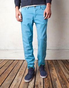 4e85b67f5 Cómo llevar pantalones de colores para hombres  pantalones  colores  hombres   ideas  como  llevar  moda  chicos