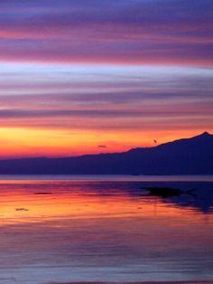 Loch Rusky è un piccolo lago nella zona Trossachs della Scozia centrale. In inverno il sole sorge basso dietro gli alberi che danno una spettacolare vista quasi all'infinito.