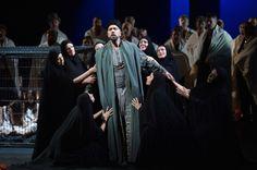 """Günes Gürle (Oroveso), Statisterie, Chor. Foto: Hans Jörg Michel.  2014 Deutsche Oper am Rhein spielt Vincenzo Bellinis Oper """"Norma"""" im Theater Duisburg"""