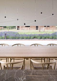 Van een oude schuur tot een moderne oase van rust • Architect: Pascal François (eetkamer • modern • lage ramen • trendy verlichting • natuursteen)