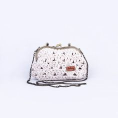 Krémová se zlatými nitkami háčkovaná kabelka s kovovým rámečkem a vnitřní kapsičkou. Kabelka je široká cca 26 cm a vysoká 17 cm. Popruh je v délce 120 cm (řetízek). Řetízek se nezatrhává o oblečení ani o kabelku. Coin Purse, Purses, Wallet, Fashion, Handbags, Moda, Fashion Styles, Fashion Illustrations, Purse