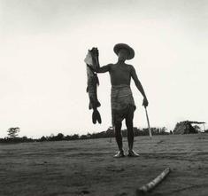 Macondo. Pescador del río Magdalena. Fotografía de Leo Matiz, ca. 1939. Colección Museo Nacional de Colombia. Reg. 7668. Fundación Leo Matiz No. 009790-N.