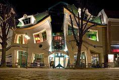 これ、実在する建物です。 ポーランドのソポトという街にある「Krzywy Domek」というショッピングセンター。Szotyńscy & Zaleskiがデザインしたその外観はなんともグニャグニャしてます。これは見ているだけで酔いそうです…。 おとぎ話の世界観にインスパイアされてデザインしたこの建物...