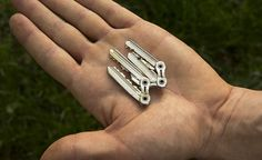 TIK: the thinnest and lightest keychain unit. The TIK construction saves a whooping weight compared to the same set of regular keys with a standard keyring. The patent pending TIK design integrates the stripped-down keys into one lean unit. Key Projects, Key Organizer, Bike Chain, Edc Tools, How To Slim Down, Cool Tools, Key Rings, Metal Art, Diy Bracelet