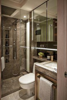 淋浴間旁設有隱藏式側拉櫃,而洗手盆櫃亦設有容量特大的抽屜,讓住客將物品收納妥當。