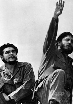 キューバのフルヘンシオ・バティスタ独裁政権を打倒し、首都ハバナに到着したキューバ革命の指導者、エルネスト・チェ・ゲバラ氏(左)とフィデル・カストロ氏(1959年1月8日撮影)。(c)AFP/PRENSA LATINA