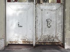 Cacería Tipográfica N° 402: Iniciales LC en la puerta de una casa en la avenida Lima, Vallecito, Cercado de Arequipa.