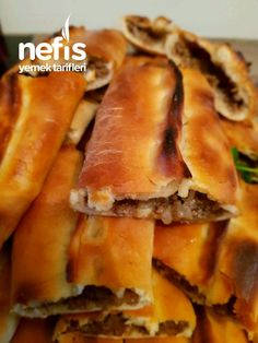 Isınmış olan fırına pideleri sürün ve Snack Recipes, Cooking Recipes, Snacks, Turkish Pizza, Bulgarian Recipes, Breakfast Items, Arabic Food, Bread Baking, Hot Dog Buns