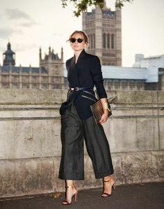 tenue chic pantalons larges veste noire avec ceinture fine noire et sac pochette noir et couleur dorée