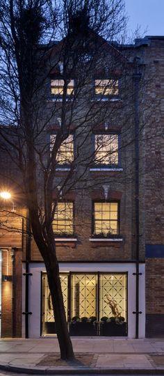 Hier ist ein Blick auf das ganze Haus, vom Boden zum Dach, seine schmalen Form in einer geschichteten, vertikalen Raum gepresst.