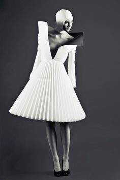 Architectural Fashion - three-dimensional dress with structured pleats. The dress looks like paper made pleats which gives it a used and household looking dress. Foto Fashion, 3d Fashion, Fashion Week, Fashion Details, Editorial Fashion, Fashion Design, Dress Fashion, Dark Fashion, White Fashion