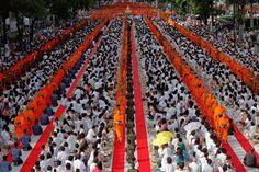 Dia de Vesak, uma celebração anual do nascimento, iluminação e morte de Buda  Milhares de monges budistas andam entre os crentes, durante uma cerimônia de oferenda de esmolas no distrito comercial de Bangkok. (Damir Sagolj / Reuters)