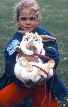Prinsessan Madeleine med sin älsklingskanin Snuffe, pyntad med fin krans av tusenskönor runt öronen.