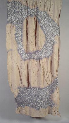 19 - Yuh Okano  Musgo de agua. Lana (50%) y poliéster (50%), Tie dyed, opalizada y plegada. 230x70 cm.