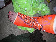 painted leg cast Decorated Crutches, Arm Cast, Broken Foot, Cast Art, World Best Photos, Creative Ideas, Medical, Decorations, Crafty