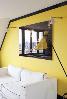 Duplex contemporain Sarah Lavoine. Bande sombre autour d'un mur pour apporter personnalité et contraste.