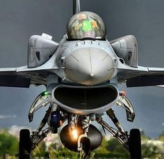 F-16D Bloque 52 con tanques de combustible conformable