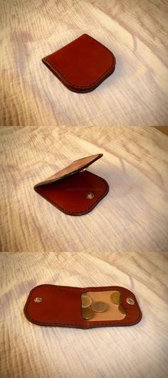 Porte monnaie grand-père en cuir, modèle classique avec un rabat permettant de retenir la monnaie et d'avoir une bonne visibilité.