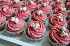 cu dui dintat si le-am ornat cu un fel Cupcake Frosting Recipes, No Cook Desserts, Hot Fudge, Mini Cupcakes, Sweet Treats, Deserts, Easy Meals, Food And Drink, Sweets