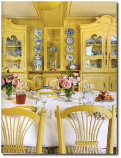 The house of Claude Monet in Giverny. All the dining room is yellow. French Decor, French Country Decorating, Country French, French Style, Country Blue, Country Charm, Yellow Dining Room, Yellow Rooms, Yellow Walls