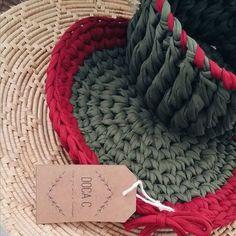 Souplast e cesto, feitos à mão com cores lindas para uma decoração bem natalina!! E você vai decorar a mesa na noite de natal?  . #cachepô #fiodemalha #sustentavel #crocheting #decora #crochetlove #art #interiores #home #decoração #maxicroche #house #feitoamao #details #apê #pinterest #cachepot #artesanato #arte #design #love #handmade #docac #meuape #inspiracao #instagood #instagood #igers #picoftheday #follow #bestoftheday