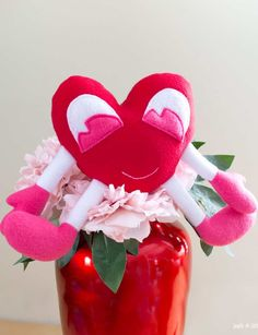 So many Valentine's Day DIY gift ideas to show your love! Find easy homemade valentine gifts that are perfectly romantic, cute, funny, sweet and more. With handmade gift ideas for him, for her, for kids, for babies, for teachers and for adults, these are the best Valentine DIY presents for everyone you love. With mason jars, wine glasses, treats, paper crafts and more! Diy Craft Projects, Diy Crafts, Paper Crafts, Sewing Patterns Free, Free Sewing, Valentine's Day Crafts For Kids, Plush Pattern, Diy Presents, Valentine's Day Diy