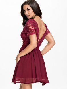 Scalloped Lace Prom Dress - Club L - Berry - Sukienki Wieczorowe - Odzież - Kobieta - Nelly.com