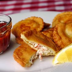 Crab Ricotta Fried Ravioli - so popular at cocktail parties! It's versatile too, served as an entree by boiling the pasta as usual & serving with the sauce. Crab Ravioli, Ricotta Ravioli, Ravioli Filling, Cheese Ravioli, Seafood Dishes, Pasta Dishes, Rock Recipes, Game Day Food, Appetizer Recipes