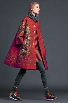 LOVE this dolce and gabbana coat for winter 2015 women collection 55 Look Fashion, High Fashion, Womens Fashion, Fashion Design, Fall Fashion, Fashion 2015, Fashion Online, Mode Chic, Mode Style