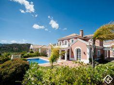 Villa nueva de 3 dormitorios en El Capitán, con vistas panorámicas. Construcción de alta calidad, con preciosos jardines maduros y una piscina grande. A 10 minutos en coche de la playa, Puerto Banús y servicios.