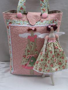 linda bolsa tilda com divisoria e vem com a boneca de 30cm.