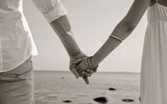 Já pensaram que as nossas mãos são muitas vezes o primeiro contacto com outra pessoa? Seja numa reunião de trabalho ou num encontro casual, o aperto de mão é muito usual e transmite a primeira impr…