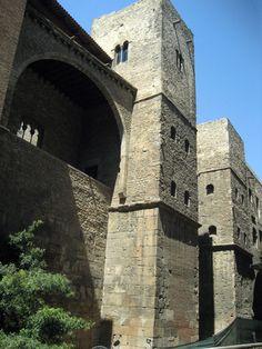 Torres de la Muralla del Palau Requesens Dues torres de la muralla romana de Barcelona integrades en el Palau Requesens, seu de l'Acadèmia de Bones Lletres de Barcelona.