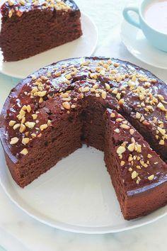 Délicieux gâteau au yaourt et cacao en poudre. Une recette économique et facile que vous pouvez réaliser avec vos enfants. Oeufs, sucre, yaourt, farine, cacao sucré ou pas, huile. Le pot de yaourt vous servira de mesure. Utilisez du yaourt nature ou parfumé. Un régal pour le goûter ou le petit déjeuner.