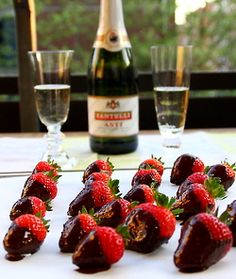 Like a champagne life Strawberry Dip, Raspberry, Lux Hotels, Spirit Drink, Chocolate Dipped Strawberries, Wine Cheese, Pink Champagne, Deserts, Sweets