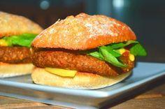 Mini hamburguesas de champiñones con una textura y un sabor tremendos, presentadas en minichapatitas con tomate, canónigos y queso vegan