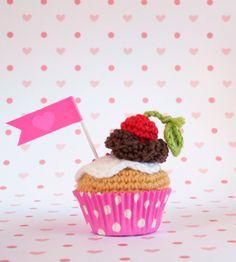 Mini Cupcake de nata y chocolate con cereza. Con caja por iamamess, €12.00