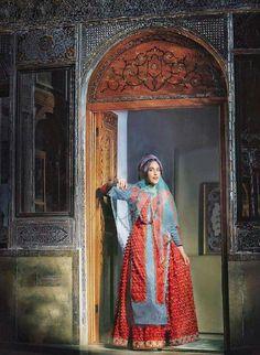 Iranian lady wearing a traditional garment! How does the dress look? سيدة ايرانية في زي محلي. مارأيكم؟
