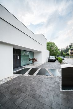 Puristic street-side villa with Japanese maple and sloping path . - Puristic villa on the street side with Japanese maple and sloping paving stones. Decoration Gris, Decoration Entree, Villa, Walk In Closet Design, Outdoor Furniture Plans, Luxury Homes Dream Houses, Mansions Homes, Japanese Maple, Facade House