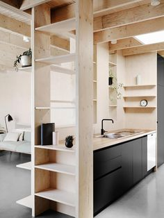 estante separador - Cómo integrar la madera en la cocina