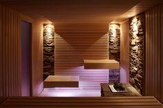 Puristische Sauna mit schwebend wirkenden Bänken und Steinstreifen an der Wand #Erdmann #Sauna #ErdmannSaunabau #ErdmannExklusiveSaunen #Puristisch #schmale #Leisten