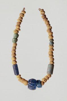 A-20569 Perlenkette. Gelbe, grüne, blaue Perlen aus Opakglas. Grab 52. Frühmittelalter. Oberbuchsiten (SO). (A-20569)