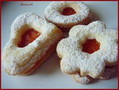 Promícháme všechny sypké suroviny. přidáme povolené máslo, žloutek a smetanu a vypracujeme těsto. Necháme odležet do druhého dne v lednici. Těsto... Orange Blossom Water, Onion Rings, Baking Sheet, Melted Butter, Quick Easy Meals, Doughnut, Cookie Cutters, Icing, Oven